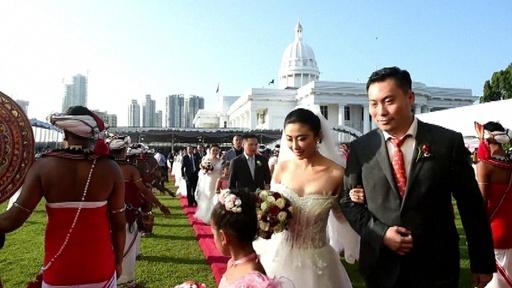 動画:中国人カップル50組参加、大規模な合同結婚式 スリランカ