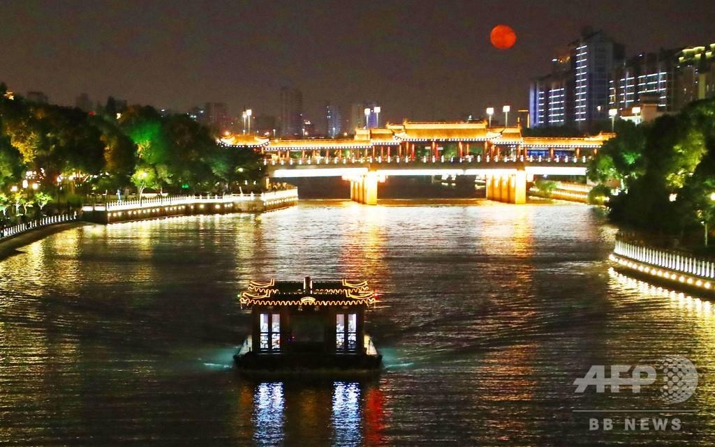 秋の夜を彩る…光あふれる河畔 蘇州・環城河