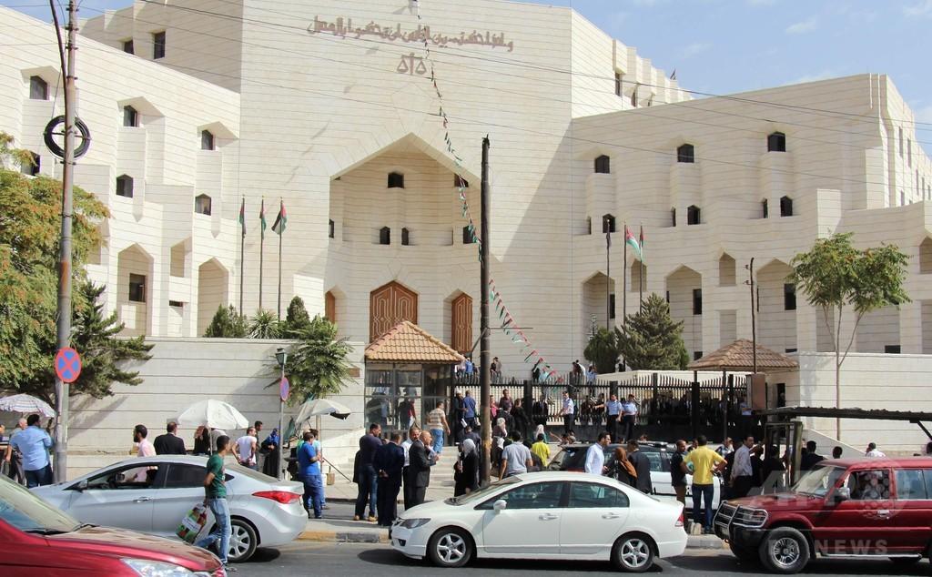 風刺画で起訴された作家、裁判所外で撃たれ死亡 ヨルダン