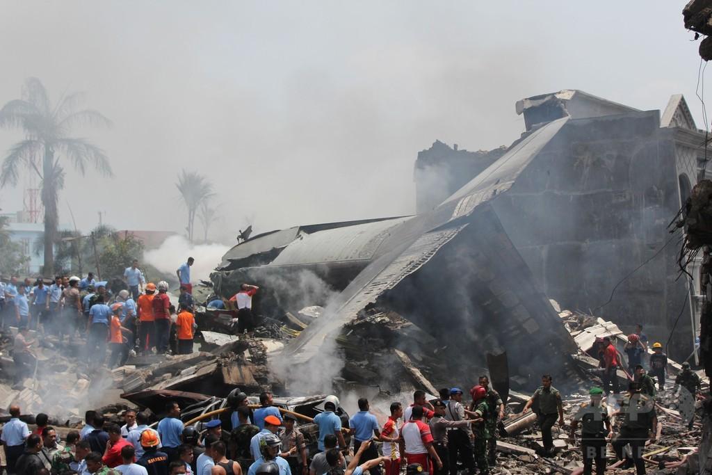 住宅街に軍輸送機墜落、死者110人超の恐れ インドネシア