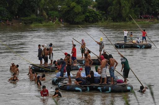 メキシコ、米国を目指す女性と子ども数十人の入国認める いかだで川渡る人たちも