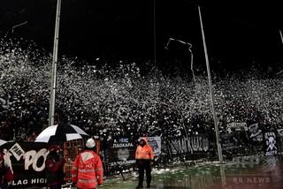 サッカーファンがTV生放送を使いリーグの処分に抗議、ギリシャ