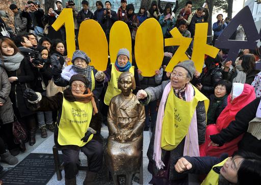 ソウルの日本大使館前に慰安婦象徴する少女像、韓国