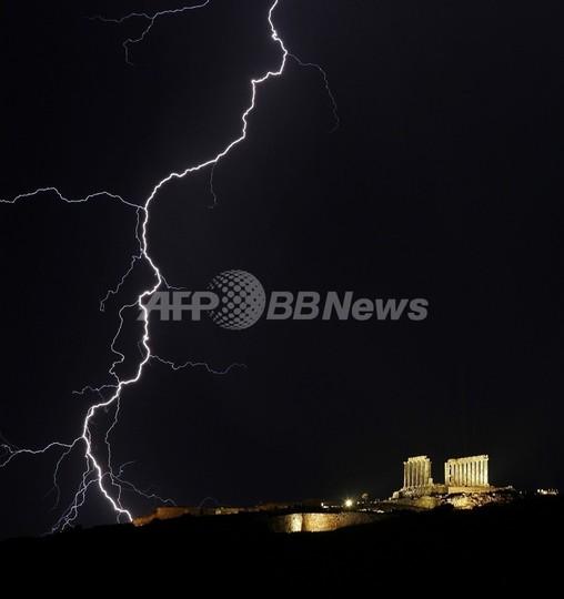 ギリシャのポセイドン神殿に光る稲妻