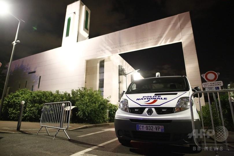 仏パリ郊外のモスク防護壁に車突っ込む、運転手の男を逮捕
