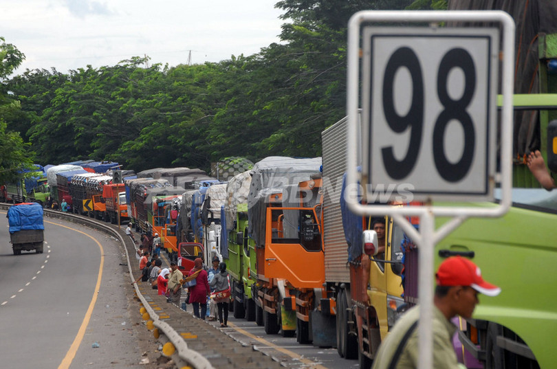 渋滞、1週間…トラック2000台連なる インドネシア