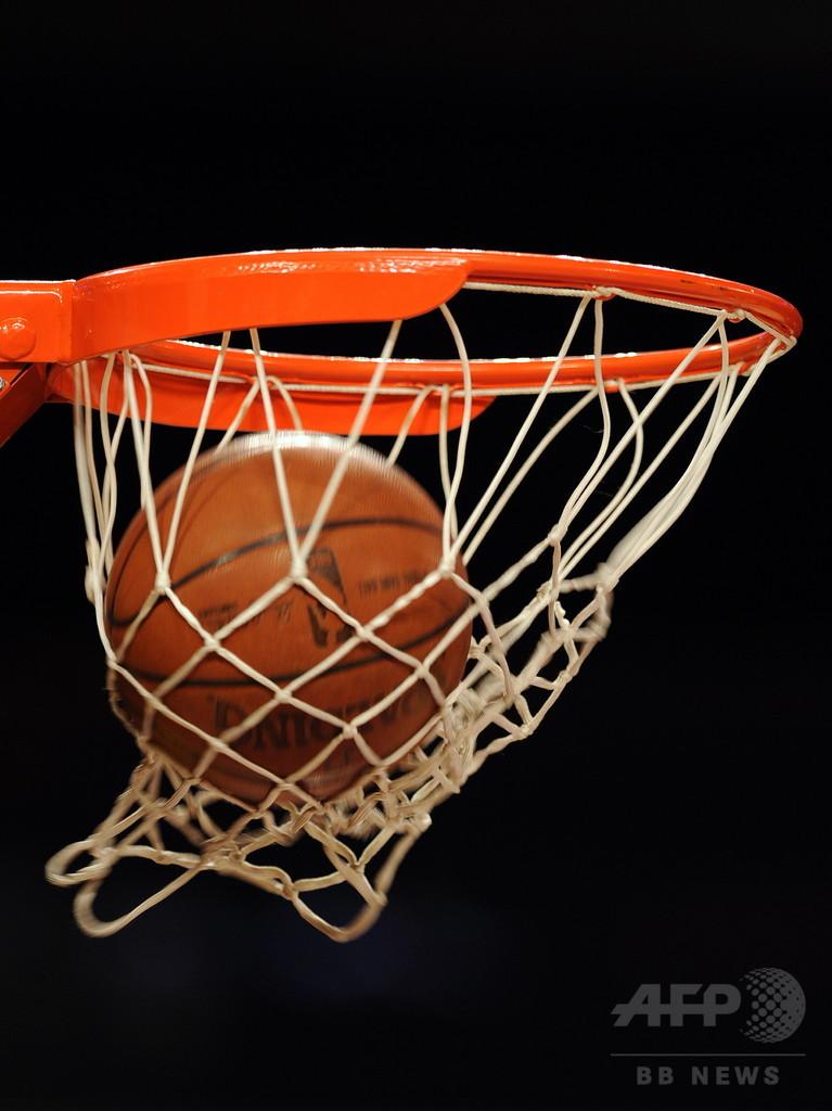 カナダ高校バスケの星、実は30歳 アフリカ留学生を拘束
