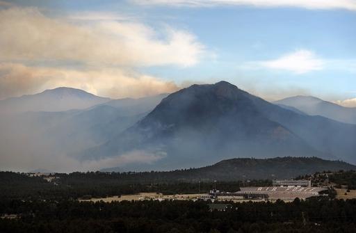 米コロラド州で大規模な山火事、3万6000人が避難