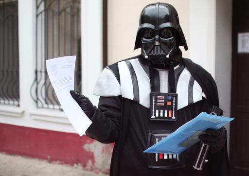 市庁舎にダース・ベイダー現る、宇宙船停泊地を要求 ウクライナ