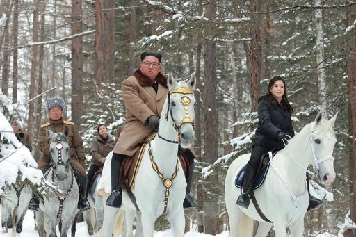 白馬に乗った金正恩氏、李夫人と白頭山へ KCNAが写真公開