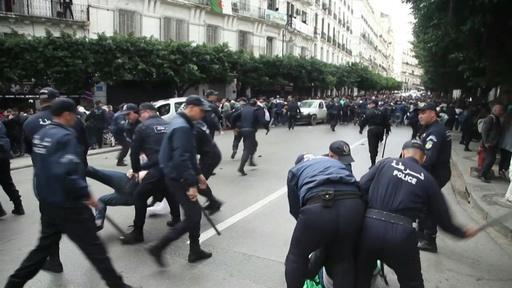 動画:アルジェリア大統領選、デモで混乱 投票所襲撃も