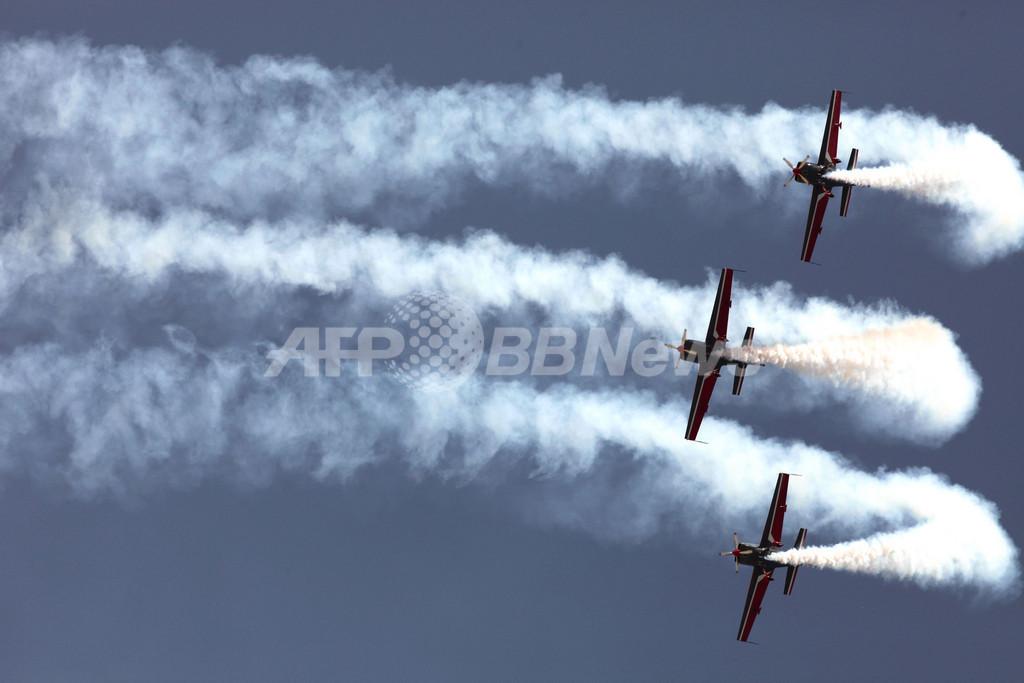ヨルダン空軍機がアクロバット飛行