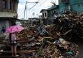 飲まず食わずで死者からも略奪、フィリピン台風被災地