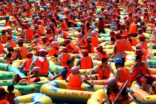 涼を求めて川下り 観光客をかき分けて… 河南三門峡