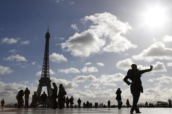 母国語通じる施設紹介、観光客向けアプリ パリ市提供