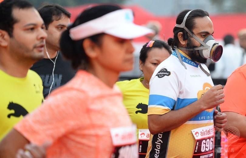大気汚染のインドでマラソン大会、マスク姿の参加者も