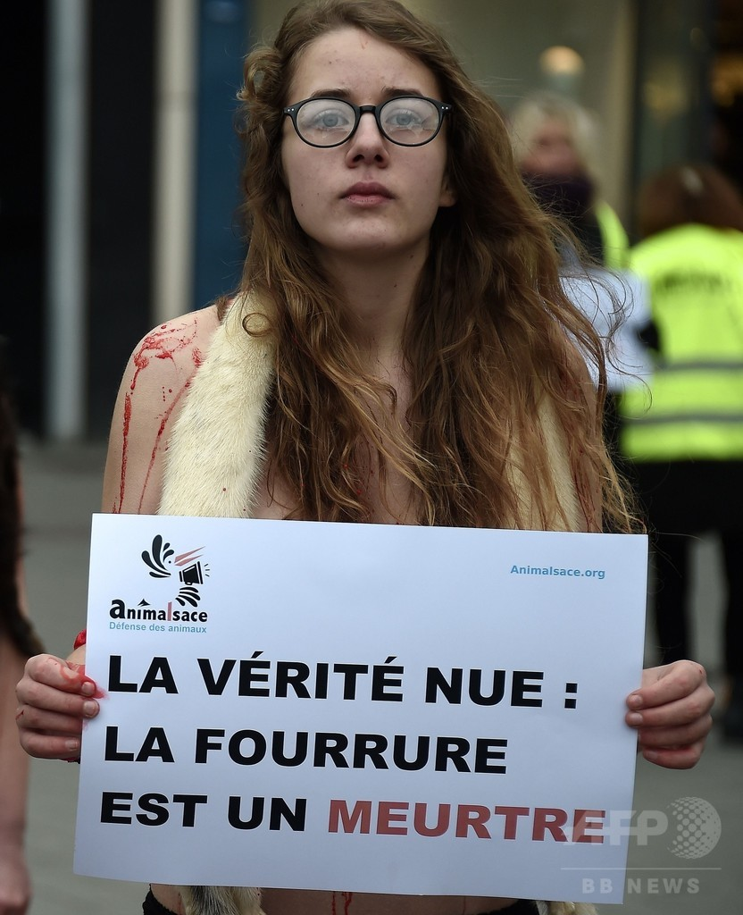 「毛皮を買わないで」寒空の下 パンツ一枚で抗議、フランス