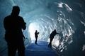 避暑にうってつけ?仏モンブランの氷穴とアルプスの峰々