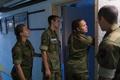 ノルウェー北部セテルモエンにある機甲大隊の兵舎で自室に入る男女の新兵たち(2016年8月11日撮影)。(c)AFP/KYRRE LIEN