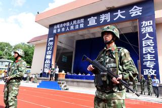 中国の競技場で公開裁判、被告10人に死刑判決 裁判後すぐに刑執行