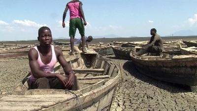 動画:むき出しになった湖底、気候変動で深刻化する干ばつ マラウイ