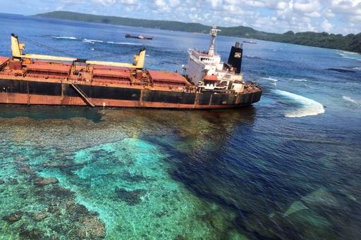 世界遺産海域で石油流出、座礁した貨物船所有の香港企業が謝罪