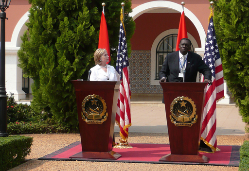 クリントン米国務長官、アンゴラ大統領に一層の民主化を求める