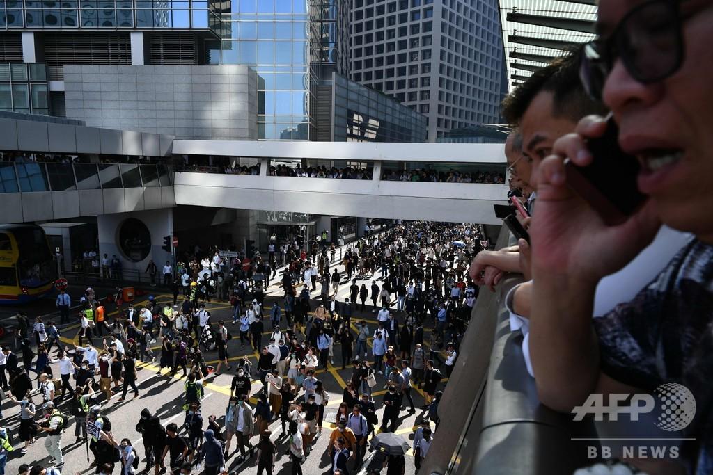 香港、デモ参加者間の衝突で70歳男性死亡 「一国二制度への挑戦」と習氏