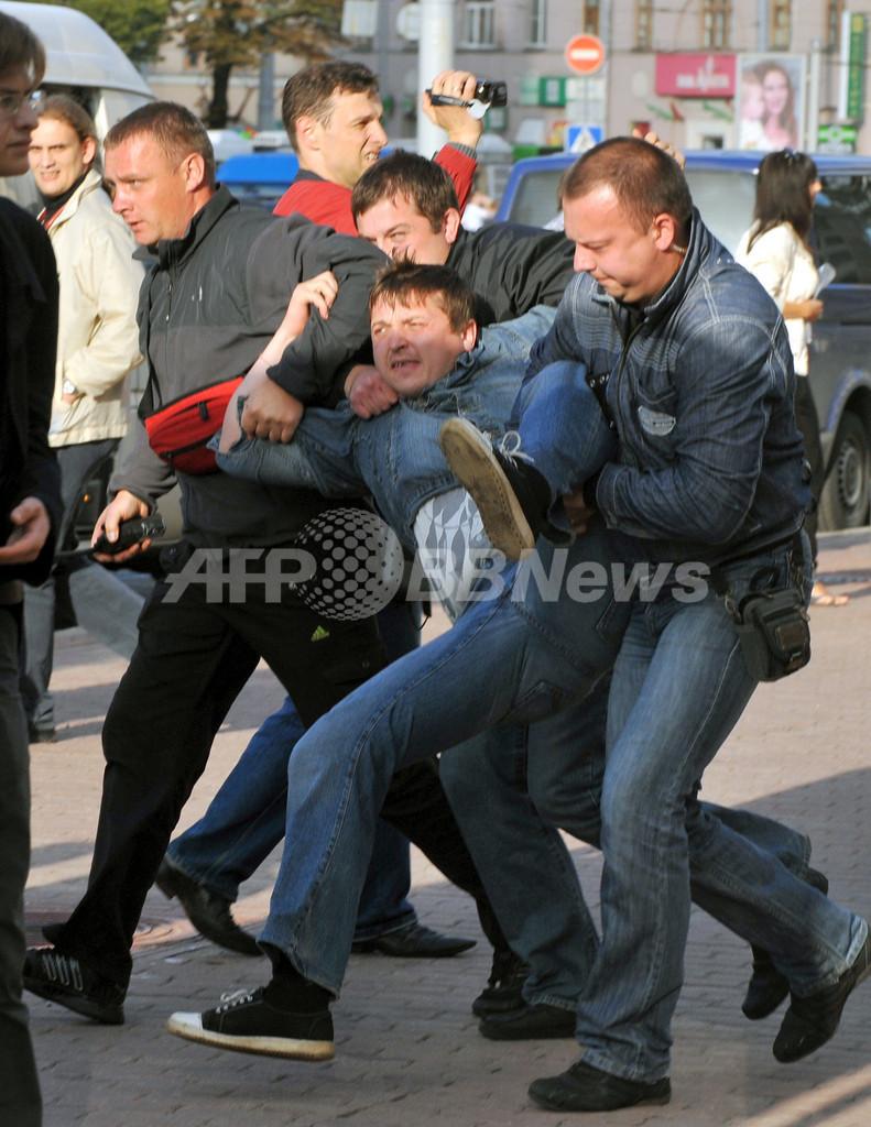 ベラルーシの「拍手デモ」を警官隊が鎮圧、「蜂起を夢想するな」と大統領