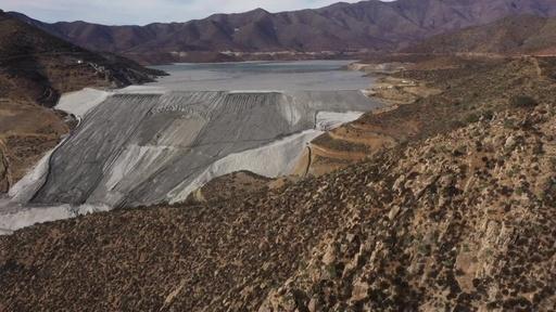 動画:貯水池のエメラルド色は有害廃棄物、人への脅威に チリ