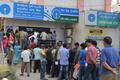 突然の高額紙幣廃止、再開した銀行に長蛇の列 インド