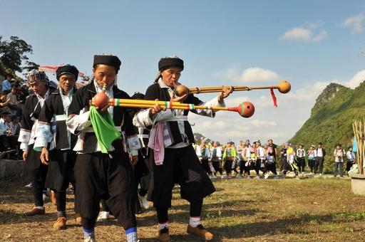 少数民族イ族の「弓跳び祭り」 雲南・富寧