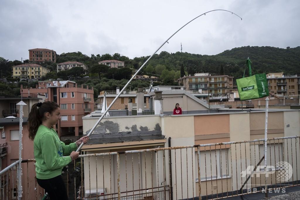 一段上の「家でテニス」、伊少女の屋上ラリーが話題