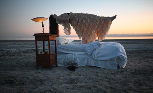 ふわりと宙に 湖畔でパフォーマンスアート 米ビエンナーレ