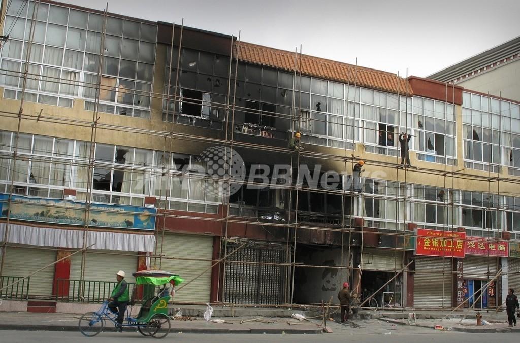 チベット僧侶が抗議活動、外国人記者団に直接訴え