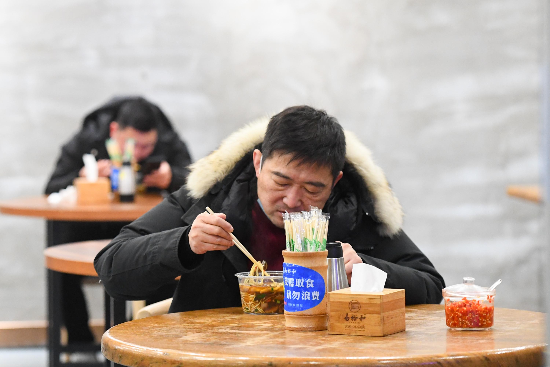 ビーフン店が営業再開、マスク着用に離れての食事求める 中国・湖南省