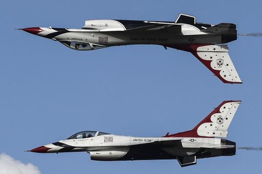 コロンビア空軍創設100周年で記念式典、米飛行隊が曲芸披露