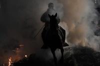 馬に乗って炎を駆け抜け、勇壮なスペイン伝統行事「ルミナリアス」