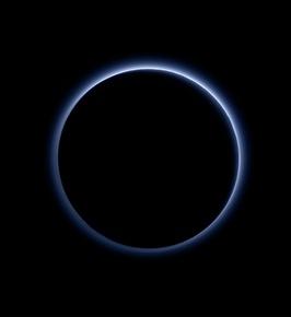 冥王星に「青空」と「水の氷」、NASA探査機が観測