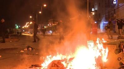 動画:チュニジアで連日デモ、衝突で警官49人負傷 206人拘束