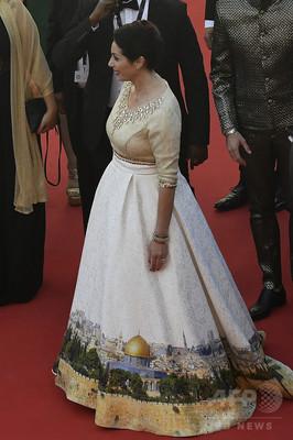 イスラエル文化相、エルサレム風景柄ドレスでカンヌ出席し波紋