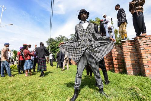 ヨウジヤマモトやイッセイミヤケも着るコンゴ民主共和国のおしゃれな男性集団「サプール」