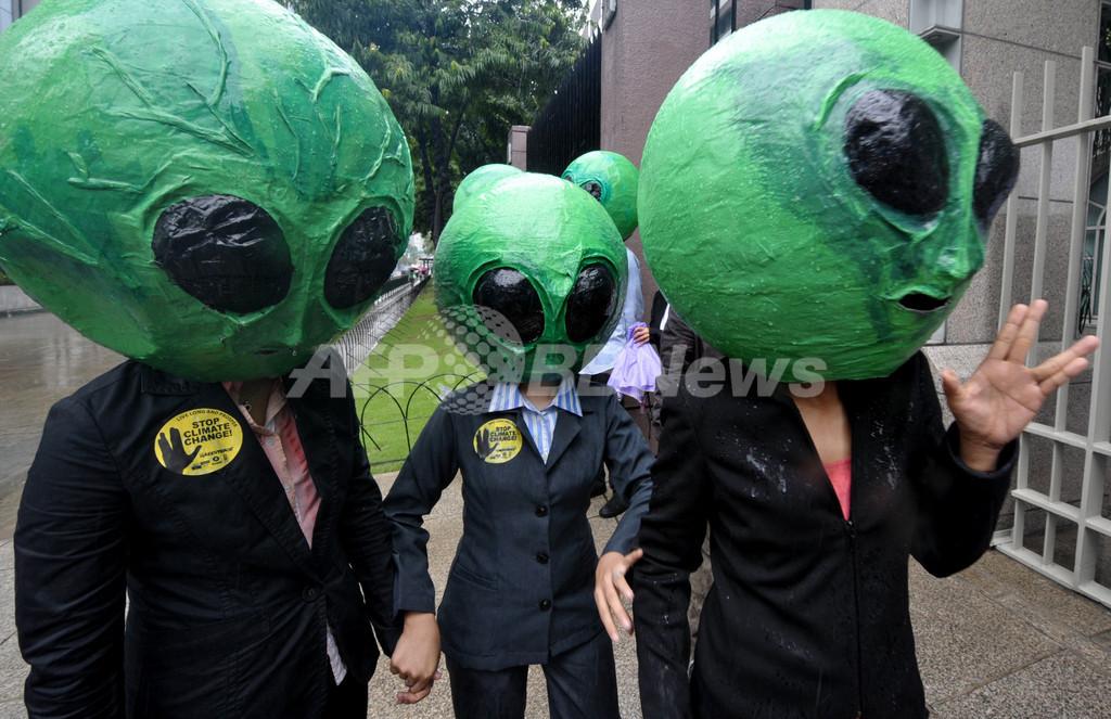 グリーンピースら、エイリアン姿で温暖化対策求める フィリピン