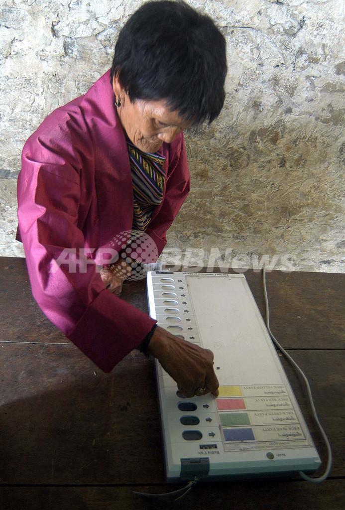 君主制から民主主義へ、「模擬選挙」実施 - ブータン
