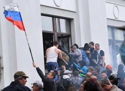 親露派が行政庁舎を占拠、ウクライナ東部ルガンスク