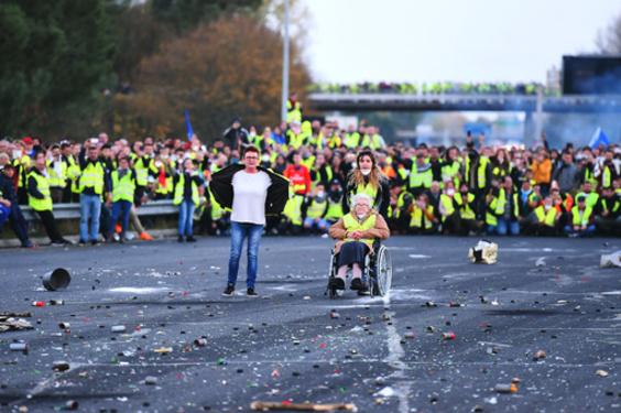 フランス、燃料価格高騰への抗議デモ続く 負傷者400人超に ピカチュウも動員