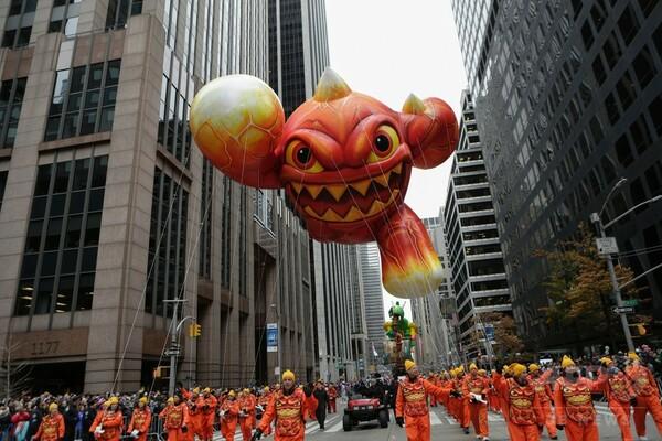 感謝祭パレード、人気キャラクターのバルーンで盛大に NY