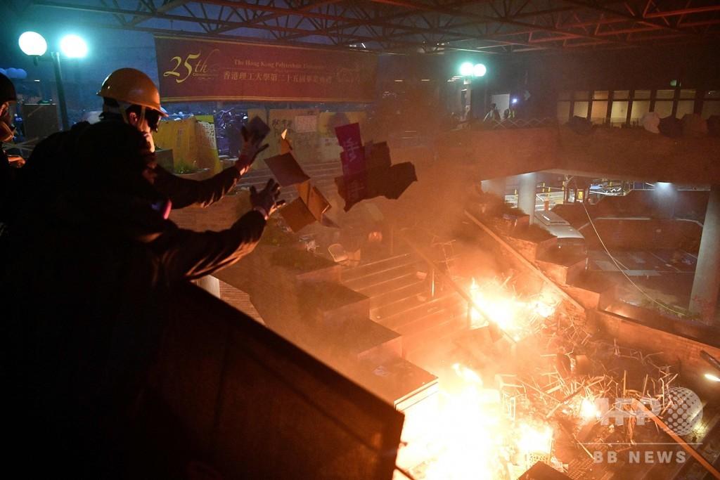 大学占拠の香港デモ隊、警察突入阻止で入り口付近に「炎の壁」 警察は実弾発射
