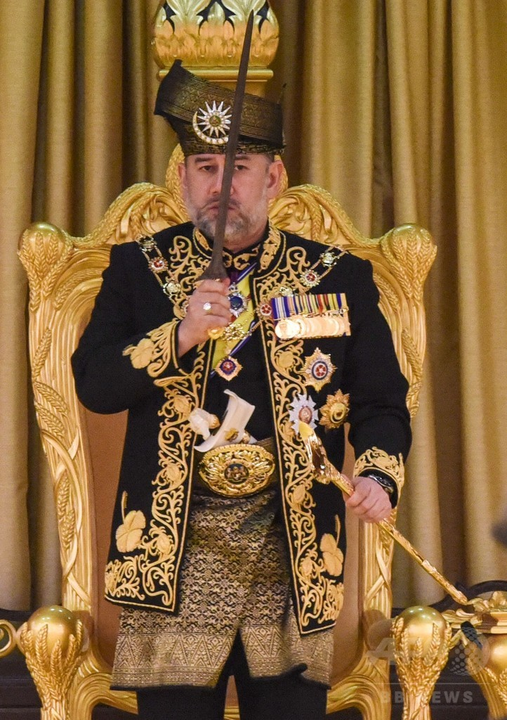 マレーシア国王が即位式、短剣とコーランに口づけ