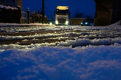 フランスで大雪 1人死亡、30万世帯停電